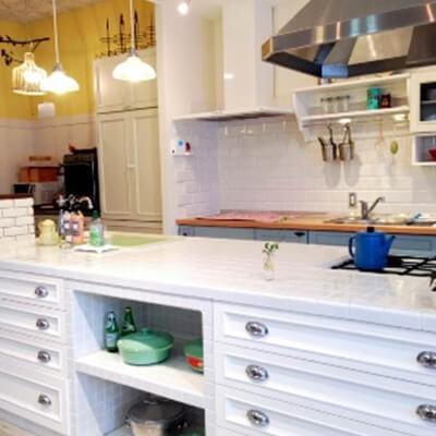 白を基調にしたアイランドキッチン